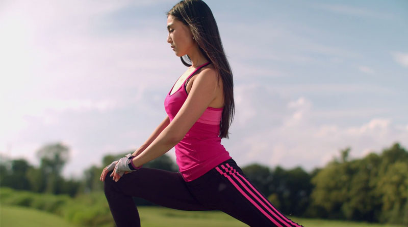 Woman-performing-lunges