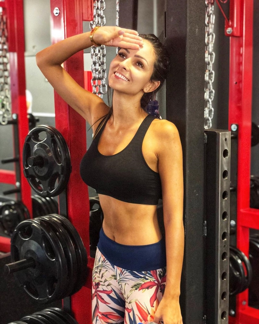Amanda Curvelo Arones standing in the gym in her sports clothes, looking fit and lean