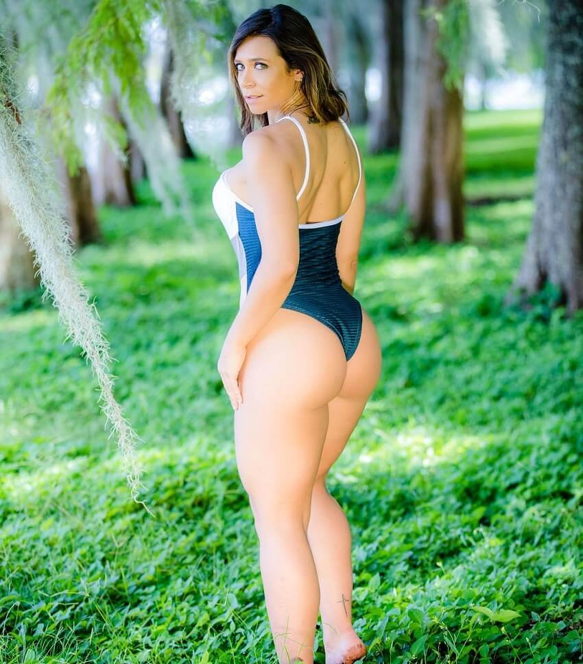 Carol Porcelli showing off her glutes in a fitness photo shoot