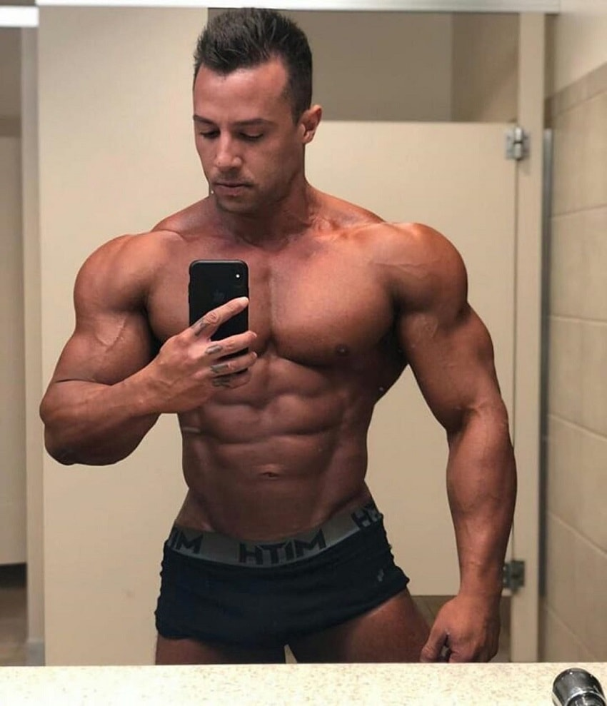Diogo Montenegro taking a selfie of his ripped physique in the mirror