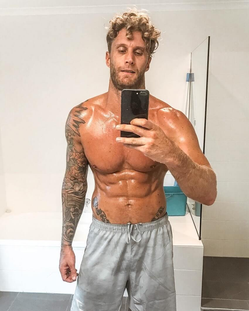 Matt Fox taking a shirtless selfie of his ripped physique