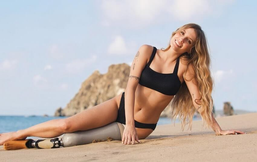 Paola Antonini posing on the beach looking fit