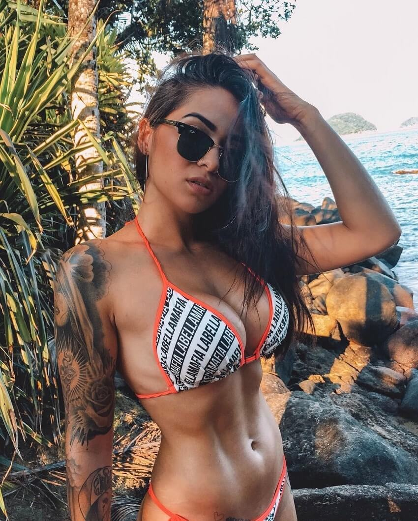 Paola Matoso showing off her toned abs