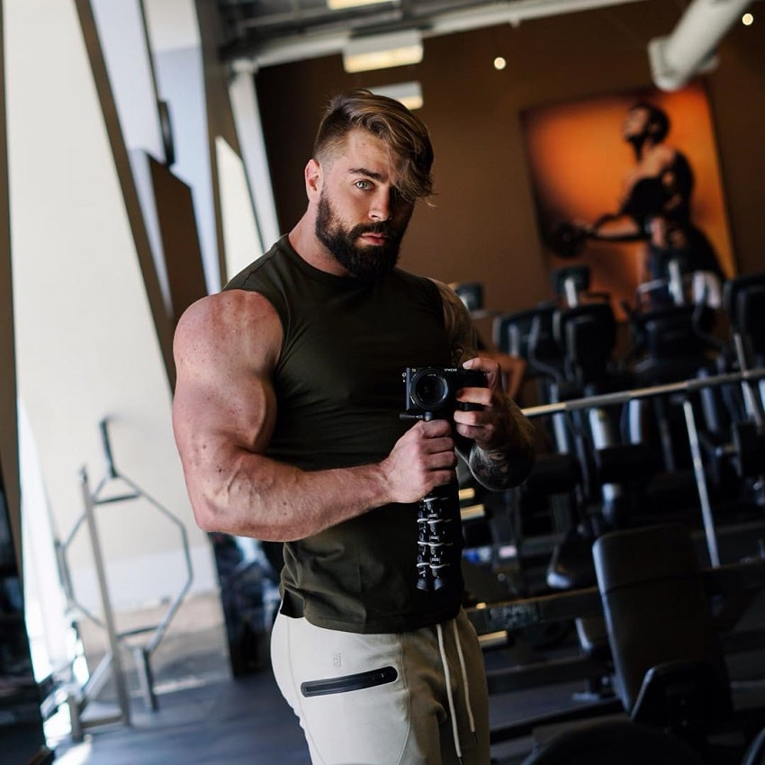 Andre Habowsky flexing in a gym selfie