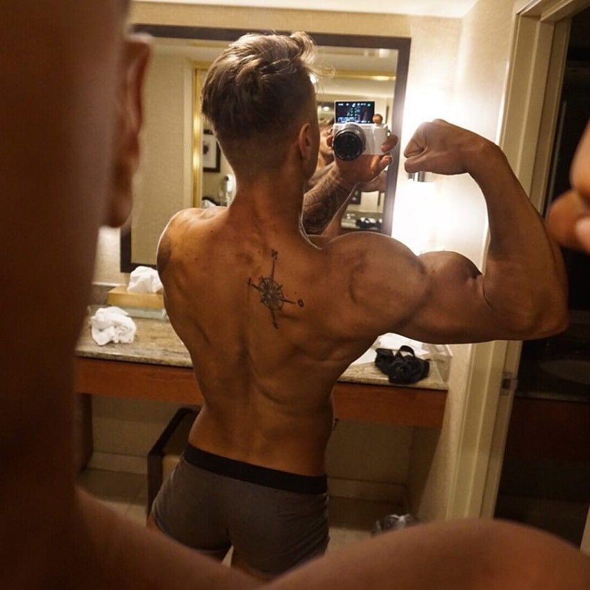 Andre Habowsky flexing his back and biceps in a selfie