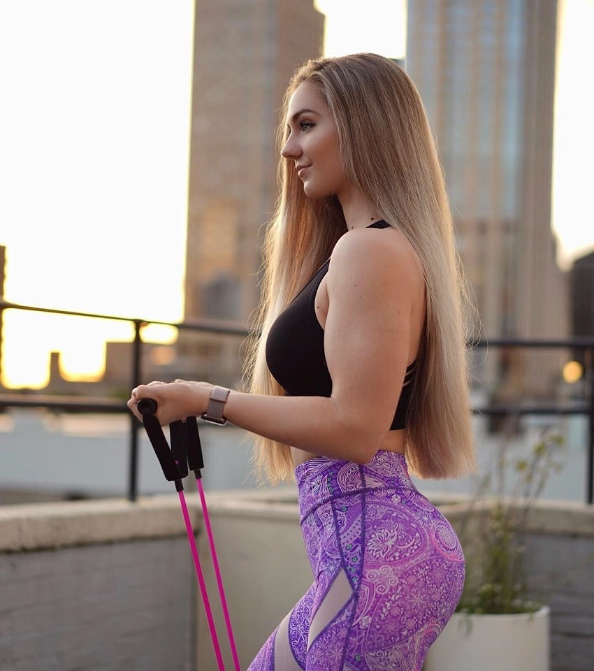 Bella Rahbek training outdoors with resistance bands