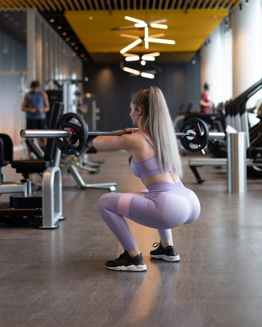 Bella Rahbek doing squats in the gym