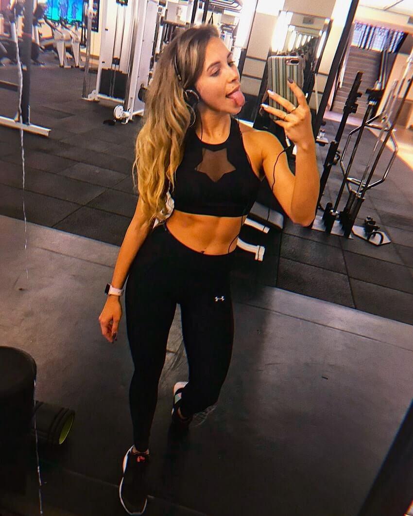 Diana Rinatovna taking a gym selfie