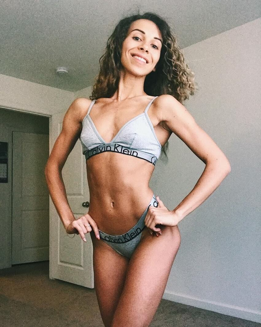 Diana Rinatovna posing for a picture looking fit and lean