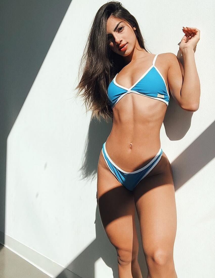 Eva Quiala posing for the photo looking curvy and fit
