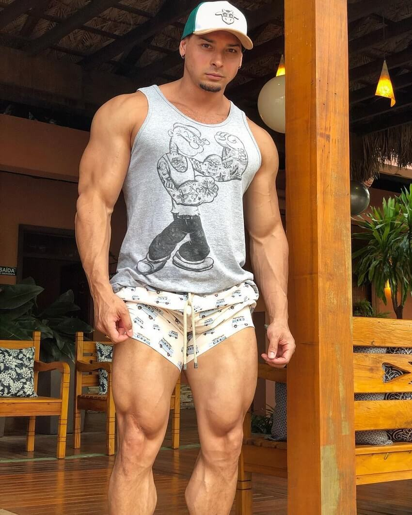 Felipe Franco flexing his massive and ripped legs