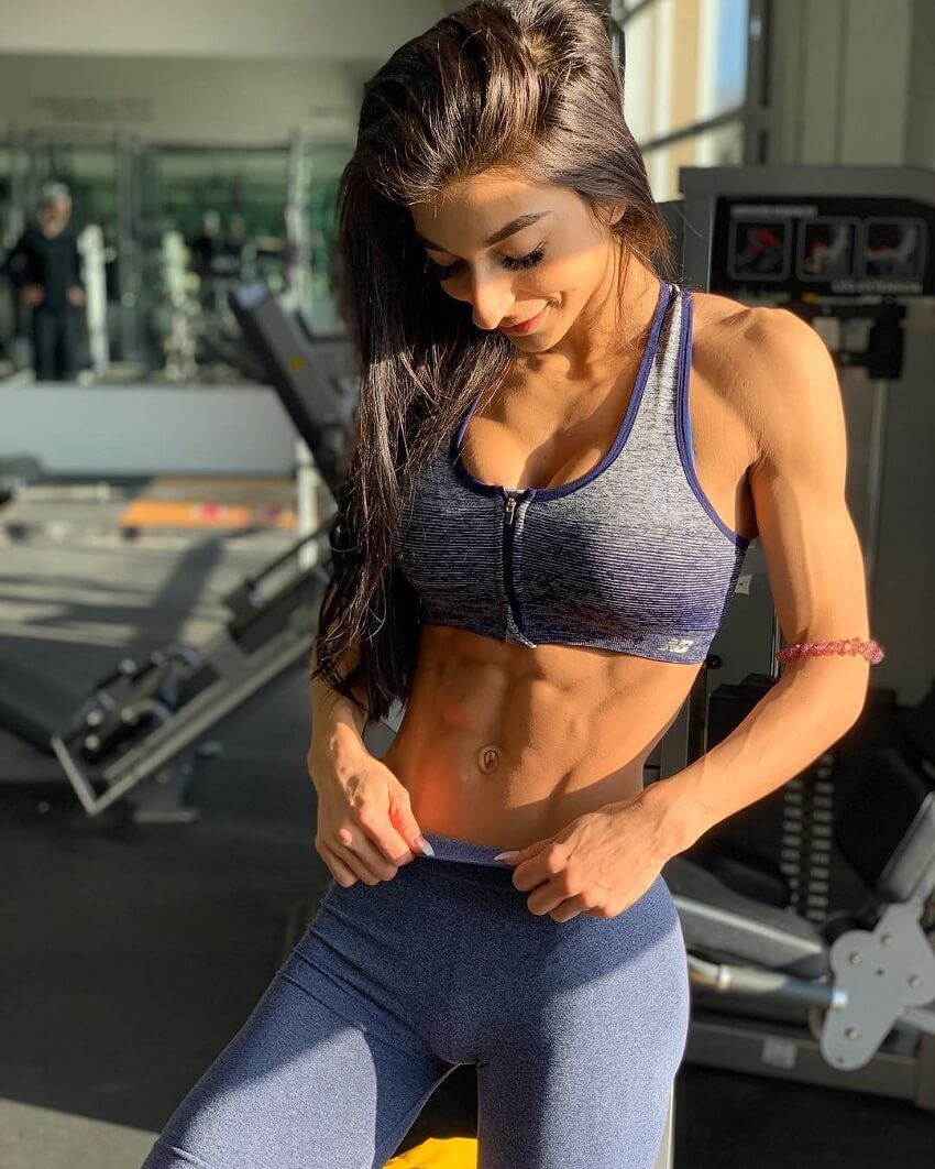 Lauralie Chapados showing off her toned and lean abs in a gym