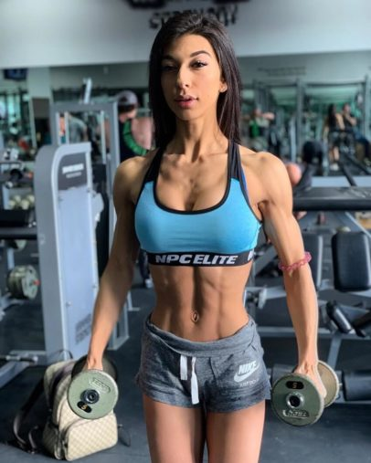 Lauralie Chapados training with dumbbells in a gym