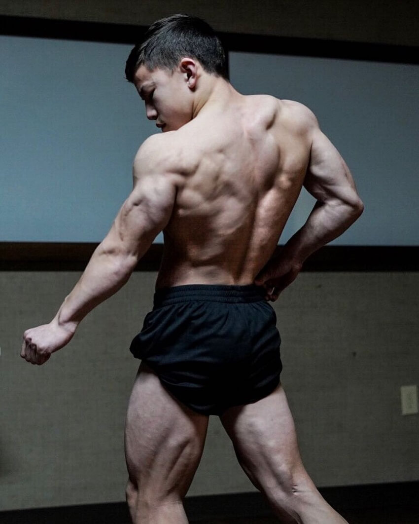 Tristyn Lee flexing his ripped back muscles