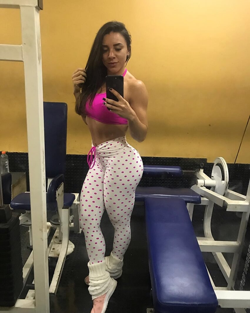 Fabriny Storck taking a selfie of her amazing figure in white leggings in the gym