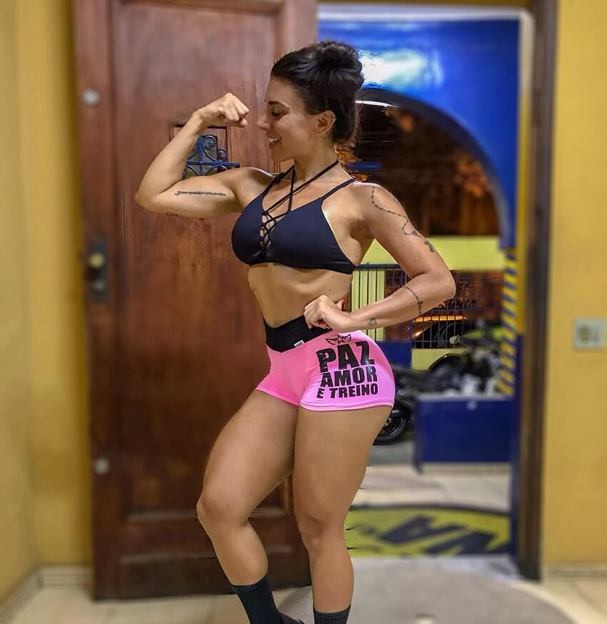 Fabriny Storck flexing her biceps for the photo looking lean and fit