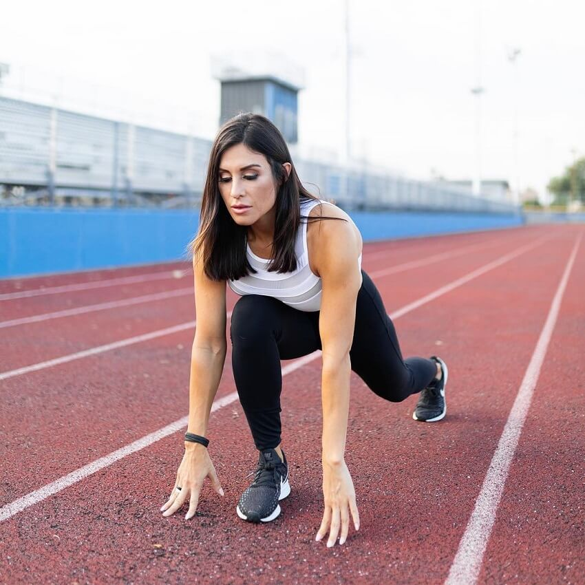 Felicia Romero preparing to sprint
