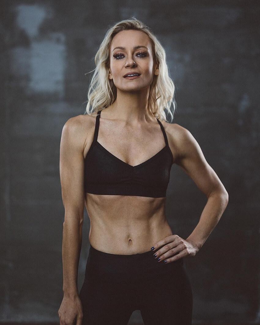 Simone De La Rue posing in a professional fitnes photo shoot