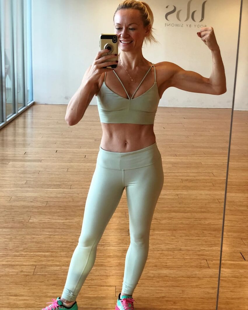 Simone De La Rue taking a fit selfie in the yoga room