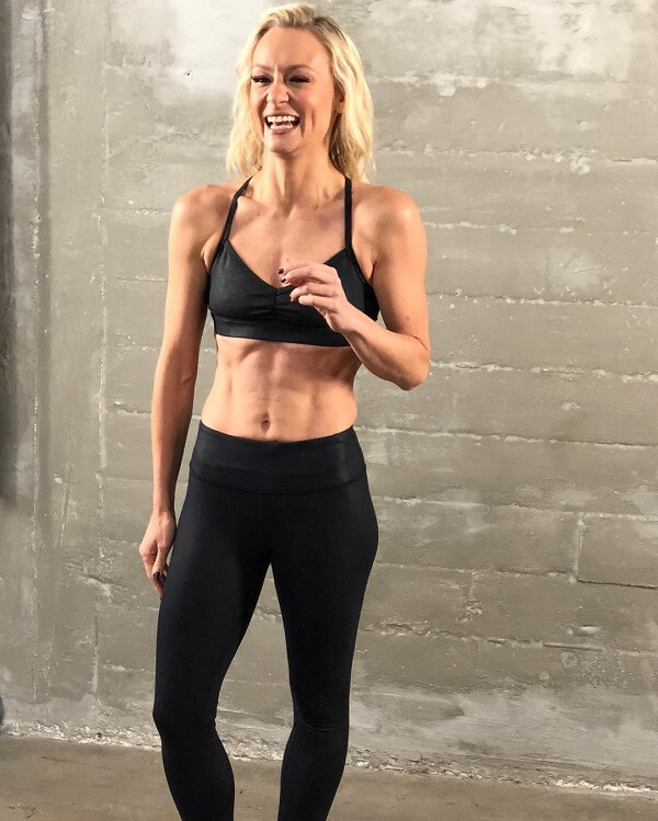 Simone De La Rue smiling during a fitness photo event
