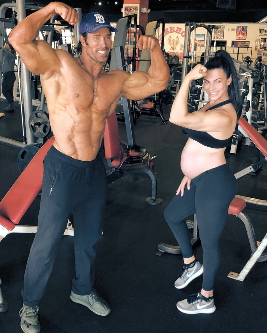 Mona Muresan pregnant, posing in the gym with her partner Mike O'Hearn