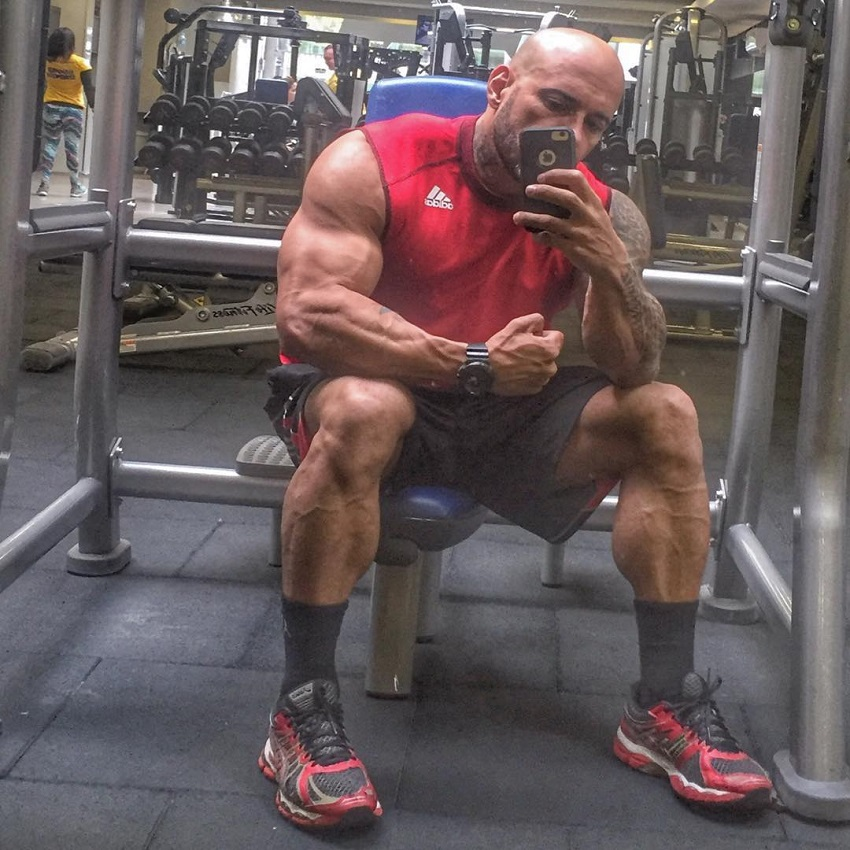 Marcello Rafaelli taking a selfie of his ripped body in the gym